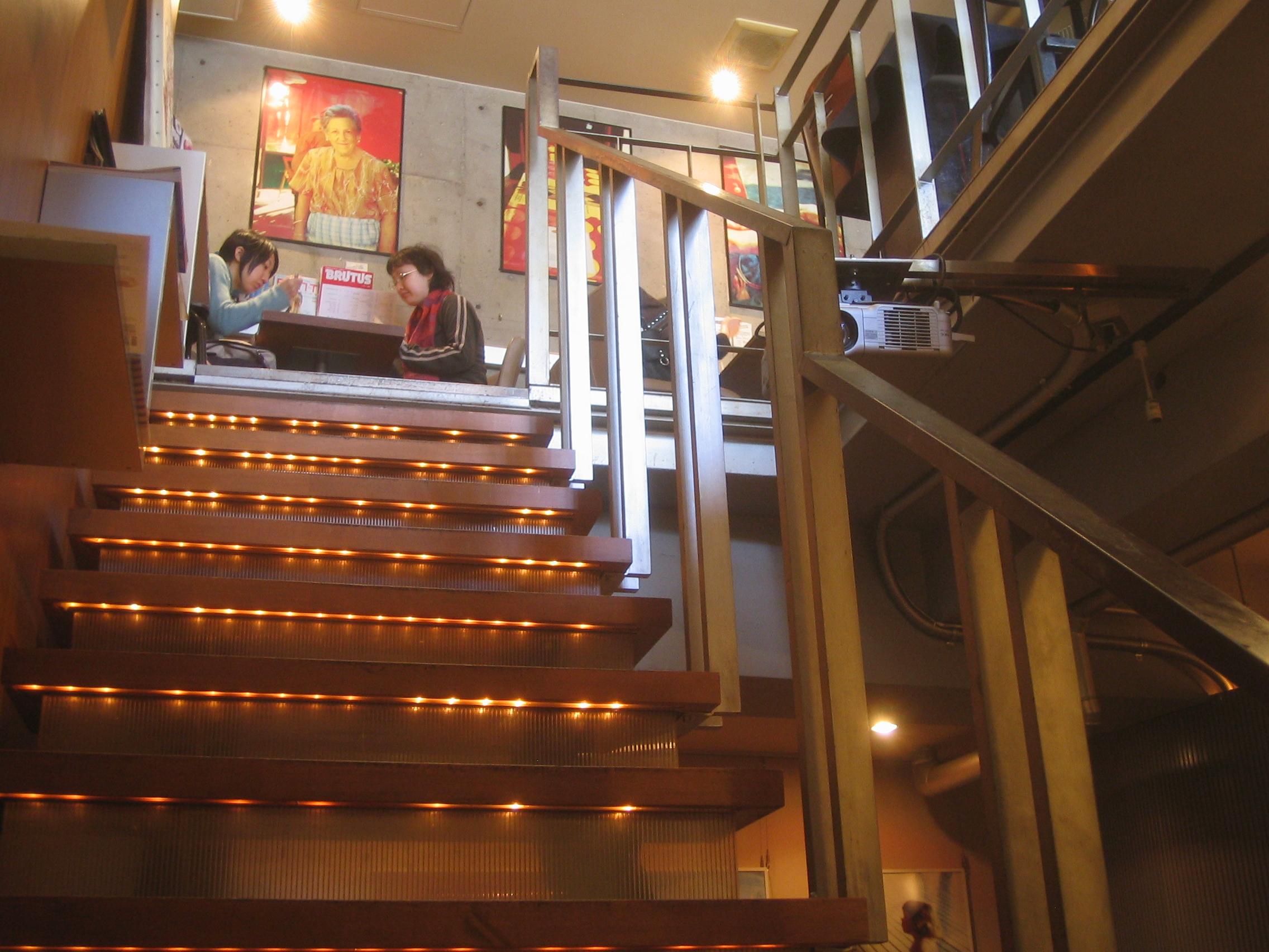 ⑥地下客席から見た階段。間接照明が優しく足下を照らします。