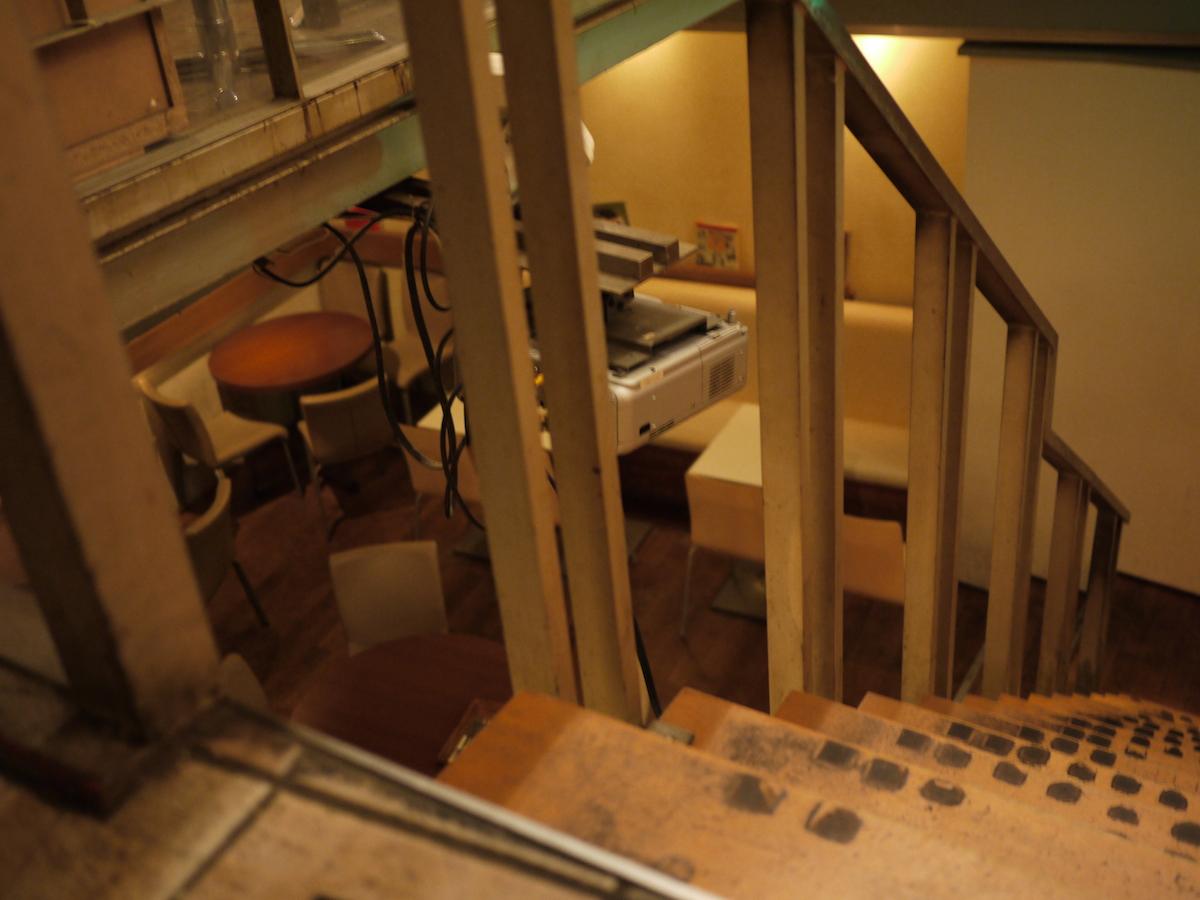 ⑤地下客席に向かう階段です。