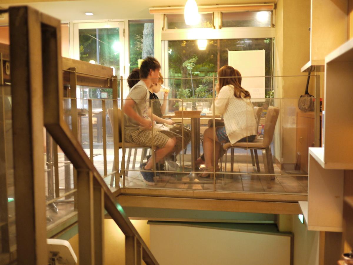 ⑤1階のテーブル席。外の景色と地下客席が両方見渡せるVIP席です。