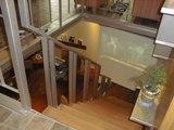 ⑥階段の正面には大型スクリーン。プロジェクターは天釣りされてます。