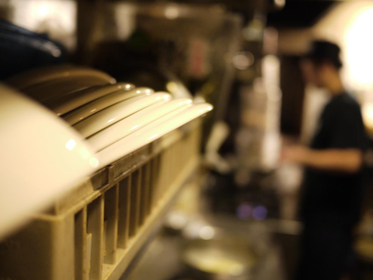 ④オムライスをはじめ、多様なメニューが生み出されてきたレトロの厨房です。