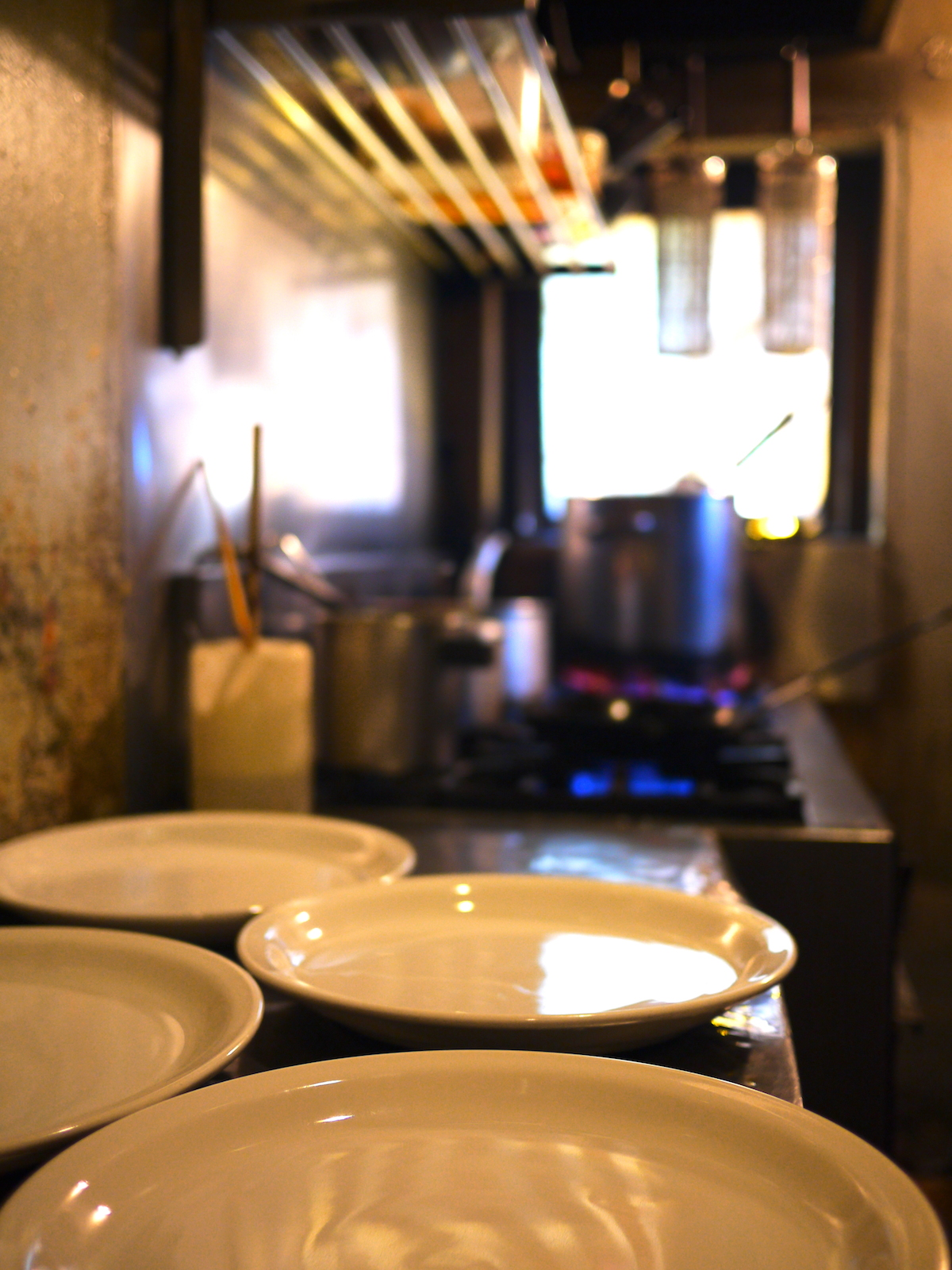 ④料理の皿が所狭しと並びます。