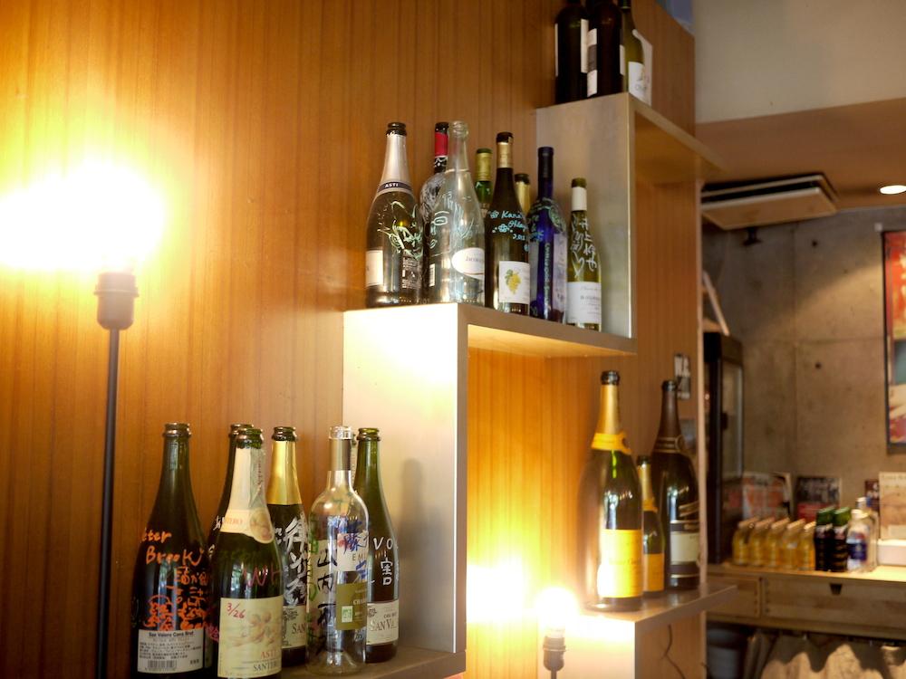 ⑤階段のディスプレイ。お客様の名前を書いた記念ボトルが並んでいます。
